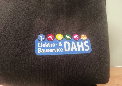 Firmenlogo mehrfarbig aus Flexfolie auf Sweatshirt