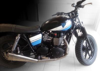 Motorrad, teilfoliert mit Rennstreifen