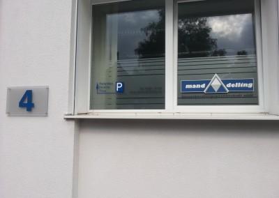 Milchglasfolie und Logo als Sichtschutz